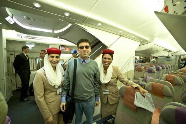 Фотография молодого человека с двумя бортпроводницами Emirates