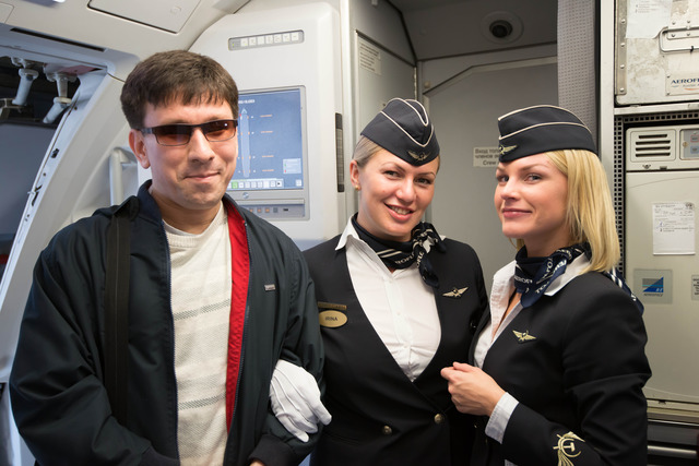 Фотография молодого человека с двумя бортпроводницами Аэрофлота