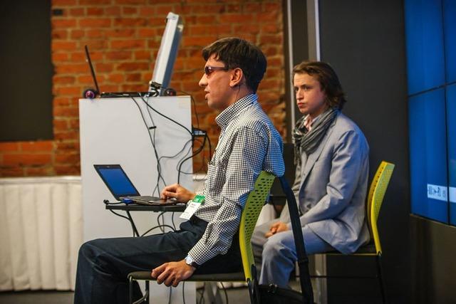 Фотография человека, делающего доклад на конференции