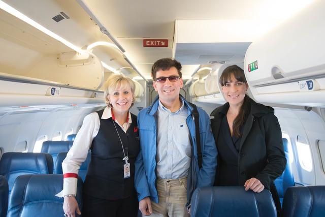 Фотография молодого человека с бортпроводницами Delta Airlines