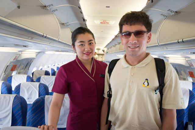 Фотография молодого человека с бортпроводницей China Southern Airlines