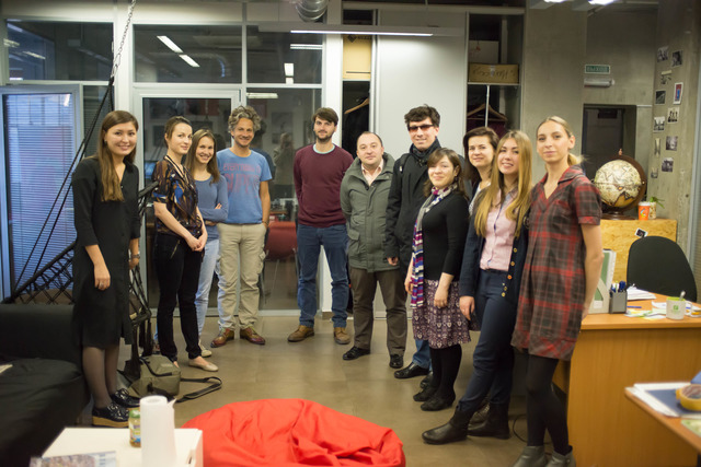 Фотография группы людей вофисе издательства