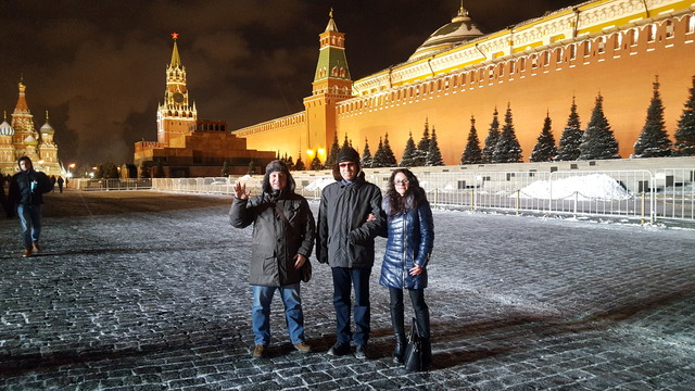 Девушка и двое молодых людей стоят наКрасной площади