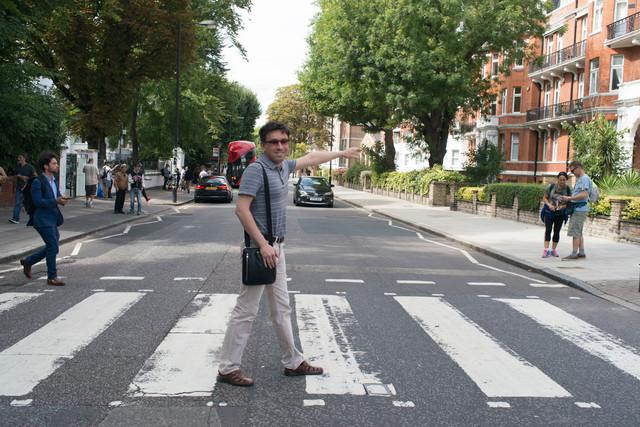 Молодой человек напереходе через Abbey Road