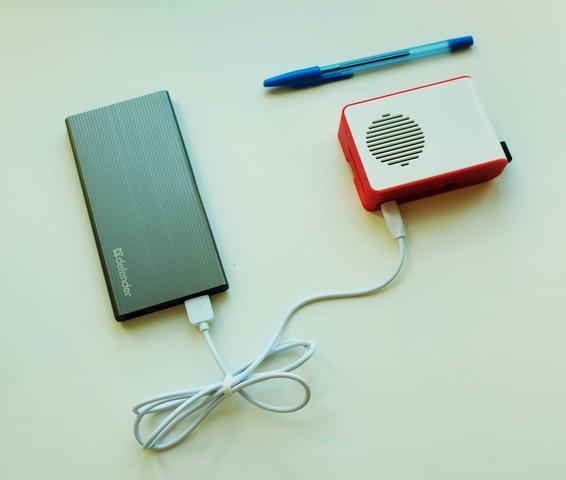 Малогабаритное устройство с подключением к power bank, рядом лежит ручка для сравнения с её размерами